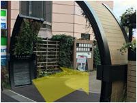 自由が丘駅三菱東京UFJ銀行の踏切脇からTrainch入り口へ。