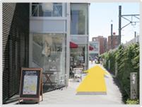 前方オレンジビルを目指して歩きます。パンの浅野屋さんの前を通ります。右側フェンスは大井町線。